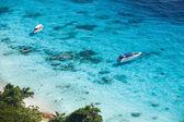 Prędkość łodzi w krystalicznie czyste morze tropikalne — Zdjęcie stockowe
