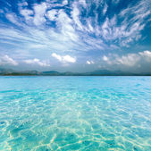 Crystal clear sea of tropical island — Stock Photo