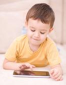 Boy pomocí tabletu — Stock fotografie