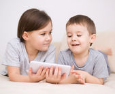Children using tablet computer — Stock Photo