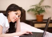 年轻女子正在笔记本电脑上 — 图库照片