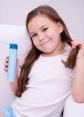 Girl holding shampoo — Стоковое фото
