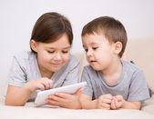 Děti pomocí tabletového počítače — Stock fotografie
