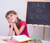 Porträtt av en liten flicka i skolan — Stockfoto
