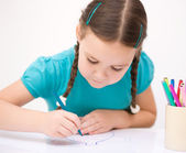 Little girl is drawing using pencils — Stock Photo