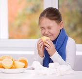 Girl tries to taste a slice of orange — Stock Photo