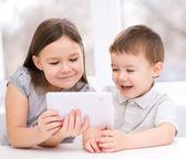 Children using tablet computer — Stock Photo