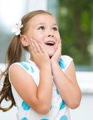 Petite fille tient son visage — Photo