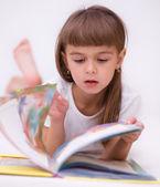Niña está leyendo un libro — Foto de Stock