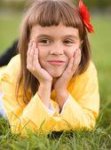 Petite fille est rêverie — Photo