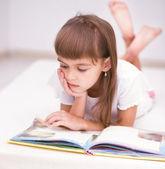 Bambina sta leggendo un libro — Foto Stock