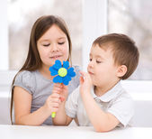 Boy gives to the girl a flower — Stockfoto