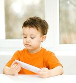 Boy using tablet — Stockfoto