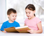 Children is reading book — Stockfoto