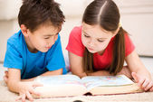 Children is reading book — Stock Photo
