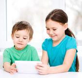 Dzieci przy pomocy komputera typu tablet — Zdjęcie stockowe