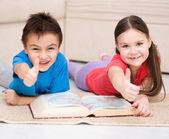Children is reading book — Stock Photo