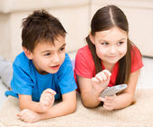 Girl and boy watching tv — Stock Photo