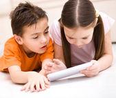 Niños que utilizan tablet pc — Foto de Stock