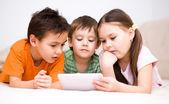 タブレット コンピューターを使用して子供たち — ストック写真
