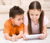 使用平板电脑的儿童 — 图库照片