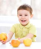 Portrait of a happy little boy with apples — Foto de Stock