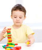 Chlapec hraje s stavební bloky — Stock fotografie