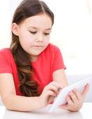 Dziewczyna przy użyciu tabletu — Zdjęcie stockowe