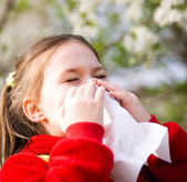 Portrait of a little girl is blowing her nose — Stockfoto