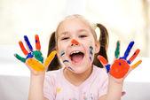 Ritratto di una ragazza carina giocando con vernici — Foto Stock