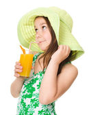 Söt tjej dricker apelsinjuice — Foto de Stock