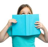 Sevimli kız kitap okuma — Stok fotoğraf