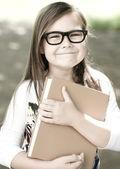 Küçük kız açık havada bir kitap okuma — Stok fotoğraf
