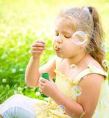 シャボン玉を吹く少女 — ストック写真