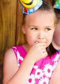Giovane ragazza sta giocando all'aperto — Foto Stock