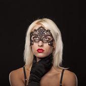 Mladá atraktivní kavkazský žena oblečená v smuteční oblečení — Stock fotografie