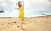 Atraktivní Blond kráska pózuje. — Stock fotografie