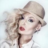 Portrait der schönheit der attraktive blonde mädchen — Stockfoto