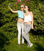 Two young girls posing outdoor — Stock fotografie