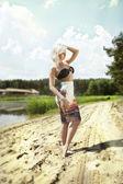 Donna bionda in posa all'aperto in estate — Foto Stock