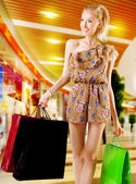 Blonde woman shopping — Stockfoto