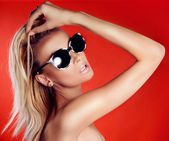 Attractive blonde beauty in sunglasses. — Stock Photo
