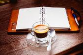 Eski ahşap arka planda, işletme conce defter ve kahve Kupası — Stok fotoğraf
