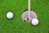 Deux balles de golf sur le parcours de golf putting green — Photo