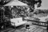 Zwart-wit fauteuils en uitzicht op de rivier op het terras — Stockfoto