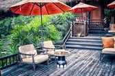 Sessel und eine tabelle auf einer offenen terrasse — Stockfoto