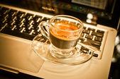 Kahve fincanı ve iş için laptop. — Stok fotoğraf