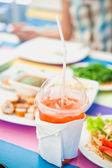 AKE Weg Glas frisch gepresster Orangensaft auf dem bunten Holz Tisch — Stockfoto