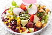 新鮮なサラダ野菜や果物. — ストック写真