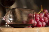 Wine cup and grapes — Stock Photo